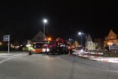 Die letzten Busse der AOT von Romanshorn her quetschen sich um 19.19 Uhr am Kranlastwagen vorbei. (Bild: Manuel Nagel)