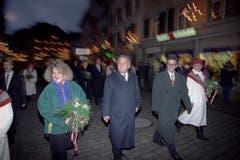 Bundesrat Otto Stich wird am 9. Dezember 1993 nach seiner Wahl zum Bundespräsidenten mit Tochter und Sohn in Solothurn empfangen. (Bild: Keystone)