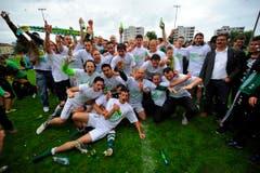 Die Mannschaft des SC Brühl feiert den Aufstieg in die Challenge League (Bild: Urs Bucher)