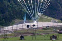 Feuerwerk explodiert als der erste Zug aus dem Tunnel fährt. (Bild: Keystone)