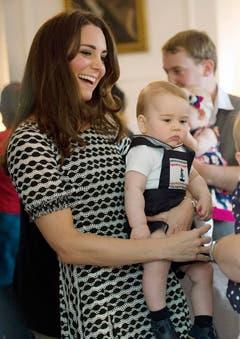 Herzogin Kate besucht mit Klein George während ihrer Reise durch Neuseeland eine Kindertagesstätte. (Bild: Keystone)