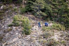 Die Suche nach Trümmerteilen und Opfern ist im felsigen Gebiet sehr schwierig. (Bild: Keystone)