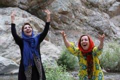 Eine Lach-Yoga-Lektion im Freien mit Leiterin Mahroo Sameni (rechts) im Iran. (Bild: Keystone)