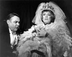 """Im Schauspielhaus Zürich spielte Gnädinger 1995 ebenfalls in """"Der Besuch der alten Dame"""". An seiner Seite war die deutsche Schauspielerin Maria Becker zu sehen. (Bild: Keystone)"""