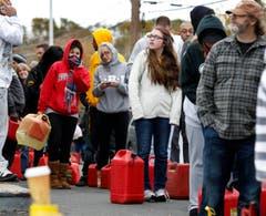 Menschen warten auf die Ausgabe von Benzin. (Bild: Keystone)