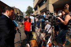 Vor dem Lindo Wing des Spitals warten die Medienleute. (Bild: Keystone)