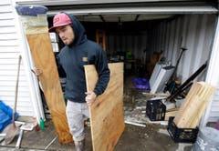 Aufräumarbeiten in einer Garage, die überschwemmt wurde. (Bild: Keystone)