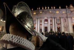 Ein Schweizer Gardist salutiert auf dem Petersplatz. Der neue Papst ist gewählt. (Bild: Keystone)