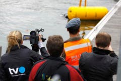 Der Bergesack mit der darunter hängenden Bombe wird ans Ufer gebracht. (Bild: Rudolf Hirtl)