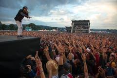 Tausende Hände strecken sich Wiz Khalifa entgegen. (Bild: Urs Jaudas)