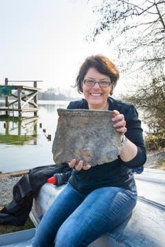 Die Leiterin Archäologie beim Kanton Thurgau, Simone Benguerel, zeigt ein Fundstück aus der Jungsteinzeit. (Bild: Andrea Stalder)