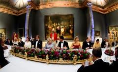 Königin Beatrix (Mitte-links), rechts daneben sitzt Premierminister Mark Rutte, links von ihr sitzt ihr Sohn Willem-Alexander. (Bild: Keystone)