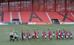 Einmarsch der Teams in die Neuenburger Maladière, wo Biel diese Saison Gastrecht geniesst. (Bild: Keystone)
