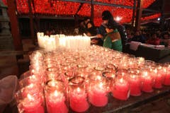 Buddhisten zünden in Südkorea Kerzen an. (Bild: Keystone)