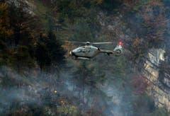 Ein Armeehelikopter kreist über der Unfallstelle. (Bild: Keystone)
