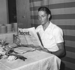 Ferdy Kübler liest in einer Sport-Zeitung, aufgenommen am 21. Juni 1949 während der Tour de France. (Bild: Keystone)
