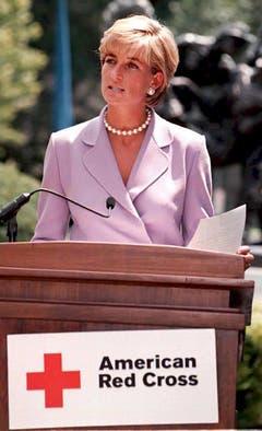 Prinzessin Diana spricht im Rot-Kreuz-Hauptquartier über die Landminen-Problematik. (Bild: John Stillwell/EPA (Washington, 17. Juni 1997))