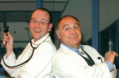 """Erich Vock (links) und Jörg Schneider im Stück """"Alles uf Chrankeschii"""" 1998 im Zürcher Bernhard-Theater. (Bild: Keystone)"""