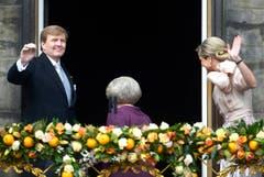 Ihre Königliche Hoheit Prinzessin Beatrix geht, der neue König Willem-Alexander und Königin Maxima winken noch auf dem Balkon. (Bild: Keystone)
