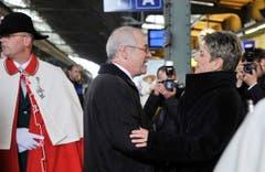Gratulantin und Amtskollegin: Karin Keller-Sutter begrüsst Hans Altherr im Bahnhof St.Gallen. (Bild: Keystone)