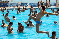 Zahlreiche Menschen wollen sich in der Badi abkühlen. (Bild: Keystone)