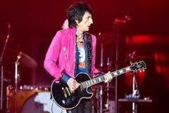 Gitarrist Ron Wood tritt in einer pinken Samtjacke auf. (Bild: WALTER BIERI (KEYSTONE))