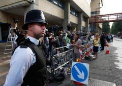 Ein Polizist schaut, dass sich niemand unbefugt ins Spital begibt. (Bild: Keystone)