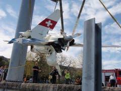 Mit einer Hebevorrichtung wurde das Flugzeug aus dem Wasser gezogen. (Bild: Seerettungsdienst Rorschach)