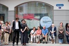 Schaulustige warten vor der Kirche St.Laurenzen auf das Eintreffen der geladenen Gäste. (Bild: Benjamin Manser)