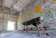 Eine verwaiste Turnhalle einer Schule nahe des Kernkraftwerkes. (Bild: Keystone)