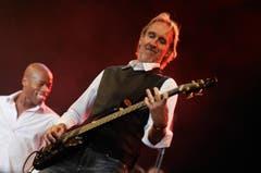 Mike Rutherford von Mike & The Mechanics (im Hintergrund der neue Sänger Andrew Roachford) greift in die Saiten... (Bild: Reto Martin)