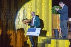 Der langjährige Sportredaktor der Thurgauer Zeitung, Ruedi Stettler, wurde ebenfalls ausgezeichnet, und zwar als Sportförderer des Jahres. Rechts TZ-Redaktionsleiter David Angst. (Bild: Michel Canonica)