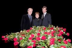 Trauer um den Meister: Manager Freddy Burger, Sängerin Paola Felix und Sohn John Jürgens (v.l.). (Bild: Keystone)