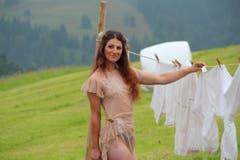 Die Freiburgerin Carola ist 21 Jahre alt, Malerin und in der Ausbildung zur Bereiterin. (Bild: www.bauernkalender.ch)