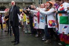 Bundesrat Alain Berset begrüsst die Spitalclowns vor dem Bundeshaus. (Bild: Keystone)