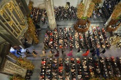Die Gäste treffen in der Kirche ein: Willem-Alexander wird als König eingesetzt. (Bild: Keystone)