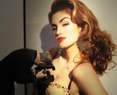 Ein Fotograf geht bei einem Riesenposter der Amerikanerin, das in einem Museum in Düsseldorf hängt, ganz nah ran. (Bild: Keystone)