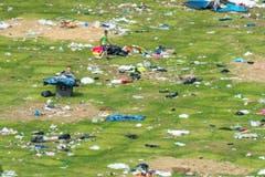 Helfer sammelten die zurückgelassenen Abfälle ein. (Bild: Benjamin Manser)
