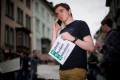 Demonstrieren und telefonieren in der St.Galler Altstadt. (Bild: Urs Jaudas)