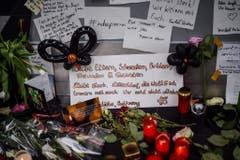 Beileidskundgebungen für die Opfer am Flughafen von Düsseldorf. (Bild: Keystone)