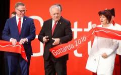 Johann Schneider-Ammann (Mitte) eröffnet symbolisch den Gotthardtunnel. Neben ihm stehen SBB CEO Andreas Meyer und Doris Leuthard. (Bild: RUBEN SPRICH / POOL (EPA REUTERS POOL))