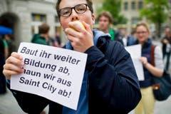 Die Studenten wollen nicht in den sauren Apfel beissen. (Bild: Keystone)