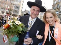 Mit Anwalt Valentin Landmann beim traditionellen Zug der Zünfte am Zürcher Sechseläuten im April 2013. (Bild: Keystone)