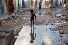 Die Ruhe vor dem Sturm in einem Slum in Port-au-Prince. Wie gut sind die Menschen hier vor der enormen Kraft des Sturmes geschützt? (Bild: Keystone)