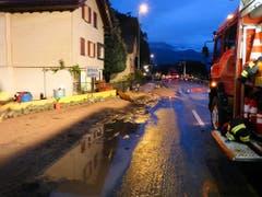 Die Feuerwehr im Einsatz bei Schänis. (Bild: Kapo SG)