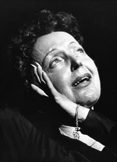 So kannte man Edith Piaf: leidenschaftlich und ausdrucksstark. Das Bild stammt von einem Auftritt in Reims im Jahre 1962. (Bild: Keystone)