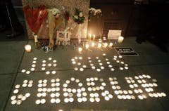 """In San Francisco haben Menschen mit Kerzen """"Je suis Charlie"""" geschrieben. (Bild: Keystone)"""