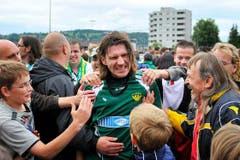 Brühls Marc Zellweger kämpft sich durch die jubelnden Fans. (Bild: Urs Bucher)