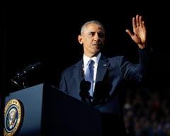 Noch einmal schlägt die Hand in so typischer Weise von der Seite gegen das Rednerpult. Ein sicheres Zeichen: Obamas Rede ist zu Ende. (Bild: Pablo Martinez Monsivais / AP)
