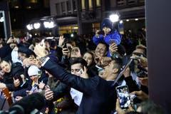 Cristiano Ronald macht ein Selfie mit seinen Fans. (Bild: Keystone)